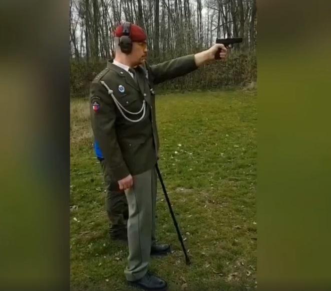 Veteran nach einer schweren Kopfverletzung, kehrt in den Schießstand